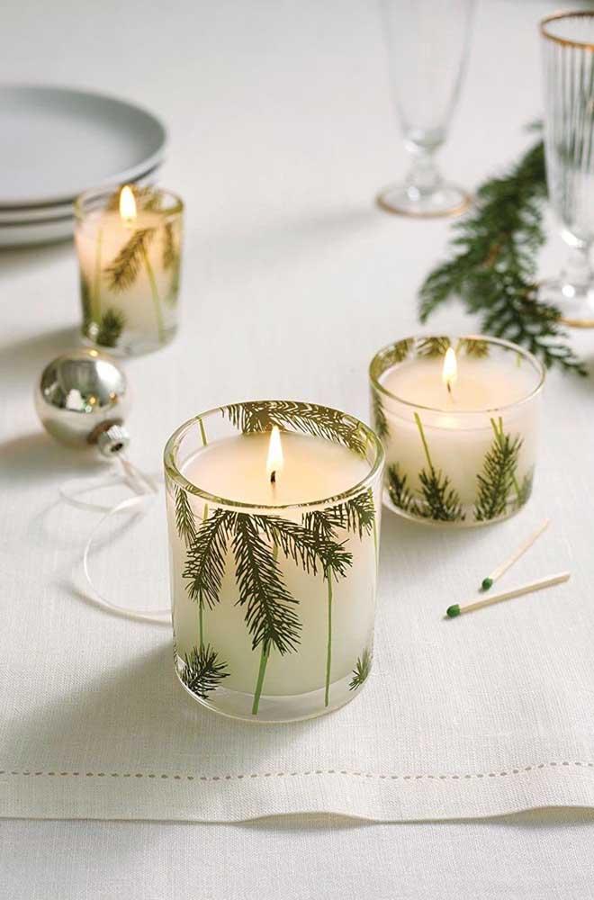 Já as velas dentro do copo podem receber a personalização que você desejar