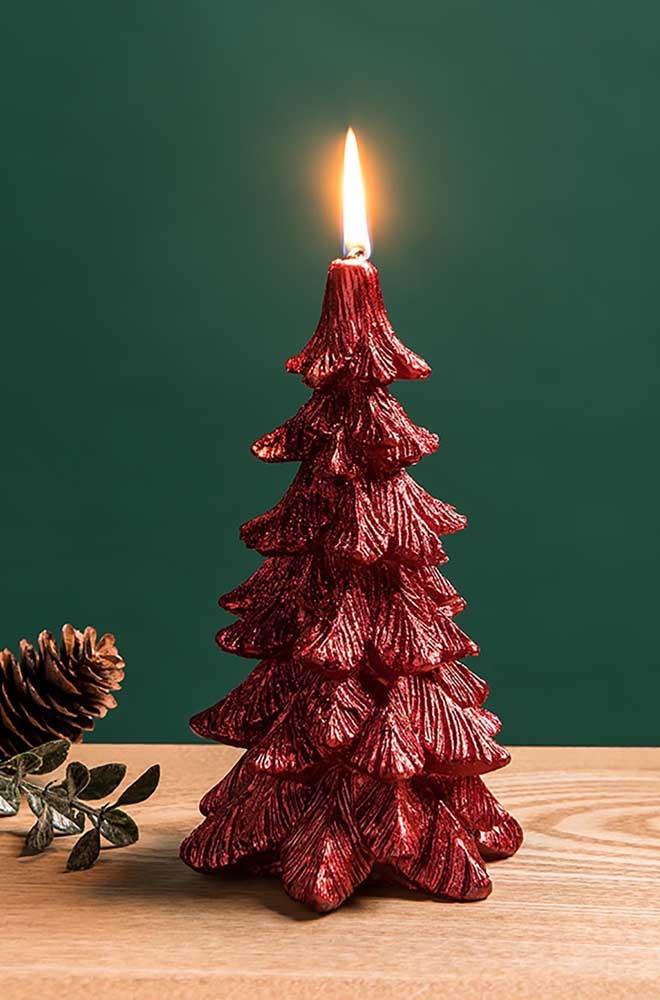 Vela vermelha de natal em formato de pinheiro. Duas decorações em uma