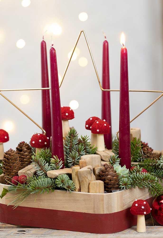 Aqui, as velas de natal contornam a estrela dourada