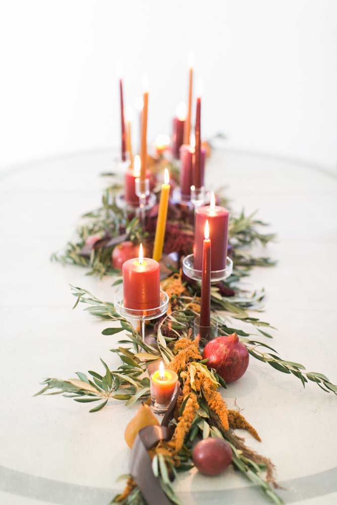 Arranjo de natal com velas para decorar a mesa da ceia. Repare que foram usadas apenas velas vermelhas