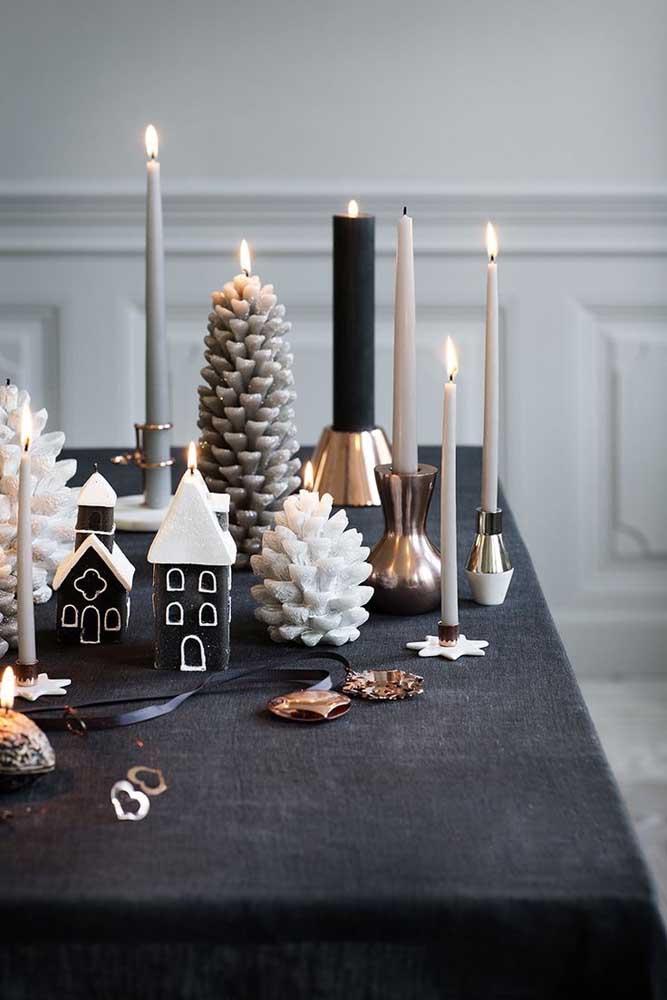 Decoração de natal sóbria e em tons neutros com velas cinzas de diferentes modelos