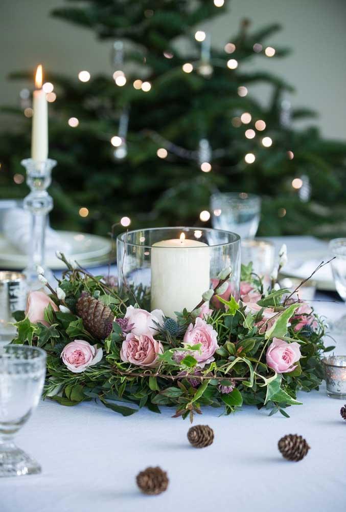 Para quem deseja uma decoração de natal mais delicada, o arranjo de vela com rosas é perfeito