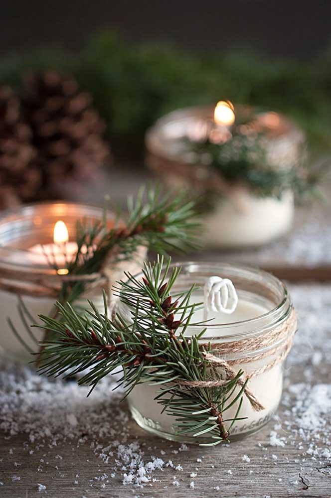 Os galhinhos de pinheiro anunciam a decoração de natal nas velas