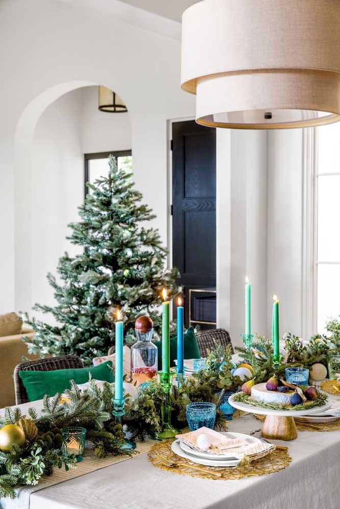Saia um pouco do tradicional e aposte em velas azuis e verdes para a decoração da mesa de natal