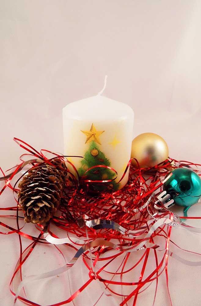 Que tal usar seus dons artísticos e pintar uma árvore de natal na vela?