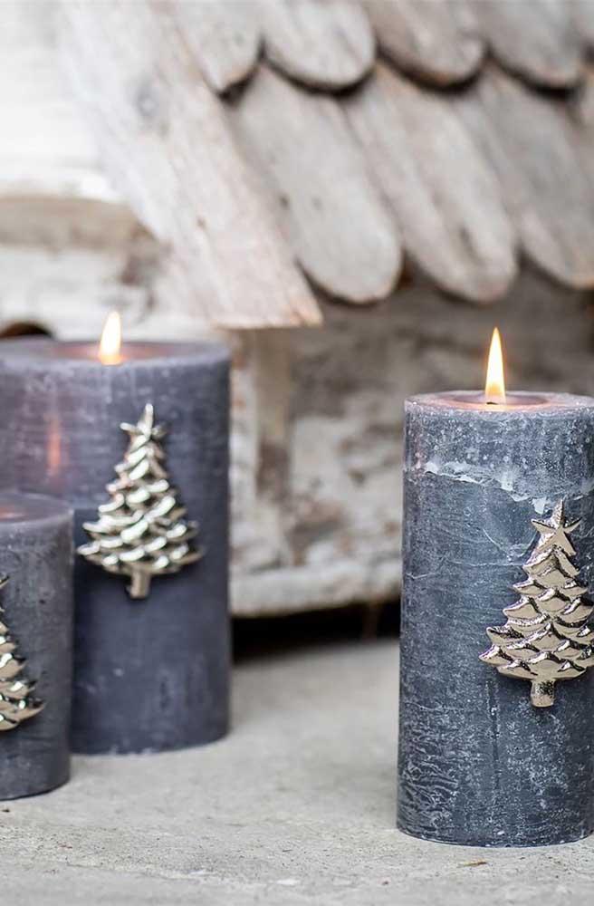 Velas de natal decoradas com pinheiro dourado. Basta um pingo de cola e a decoração das velas está pronta