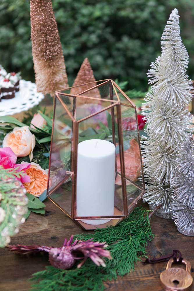 Já essa mesa ao ar livre apostou na ideia de velas dentro de terrários