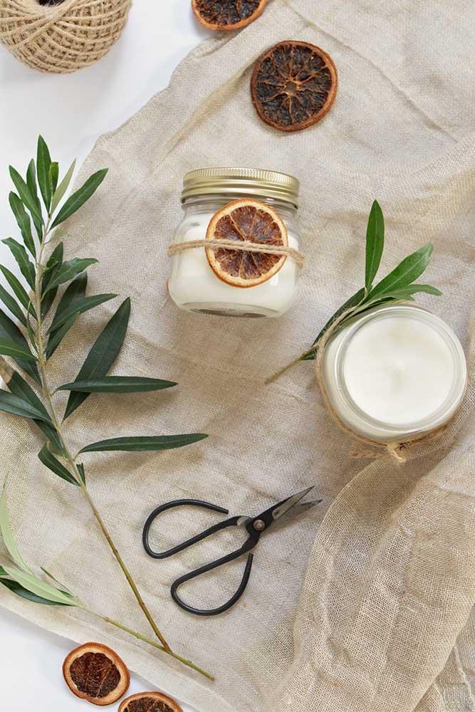 Aromas cítricos e um visual rústico: quem não se apaixona por velas assim?