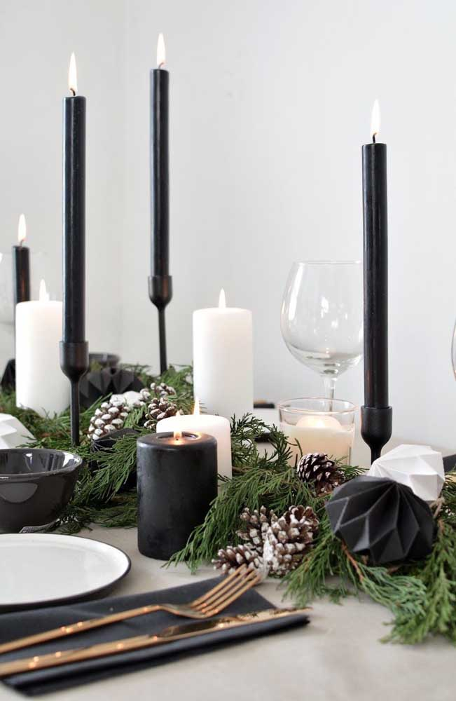 Já quem deseja uma decoração de natal sofisticada, pode apostar em velas pretas e brancas, combinando com o restante dos enfeites