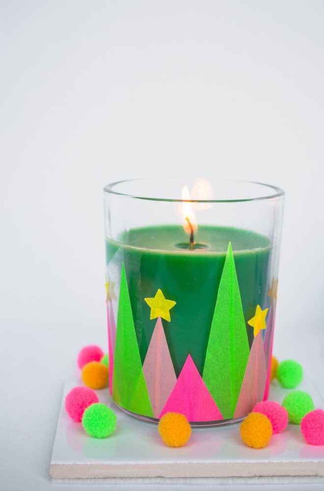 Vela de natal decorada com muitas cores