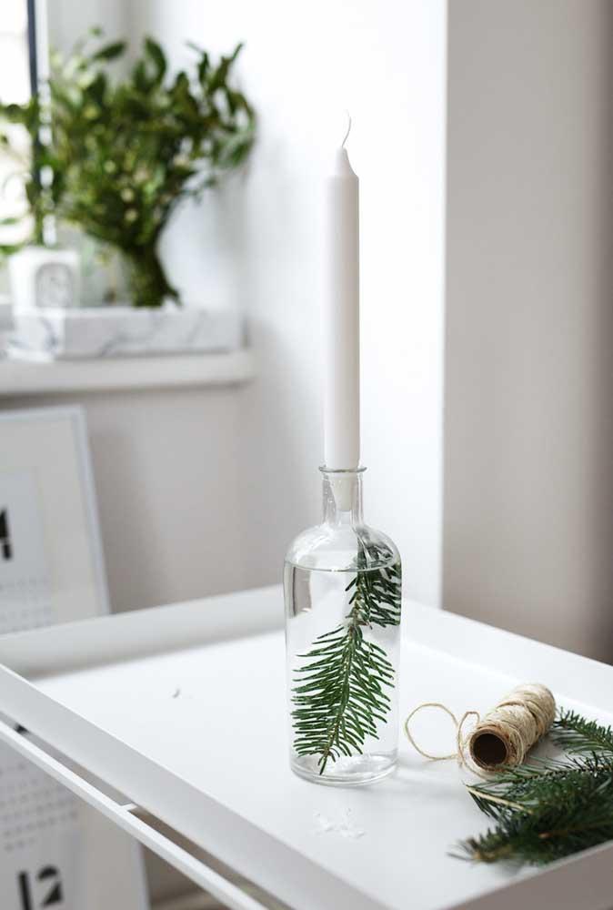 Uma vela branca e um pouco de criatividade podem fazer milagre na sua decoração de natal