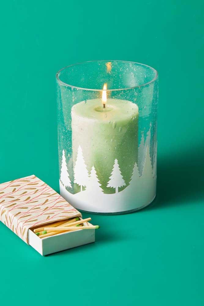E o que acha de alguns pinheiros colados no potinho da vela? Aquele diferencial que chama atenção