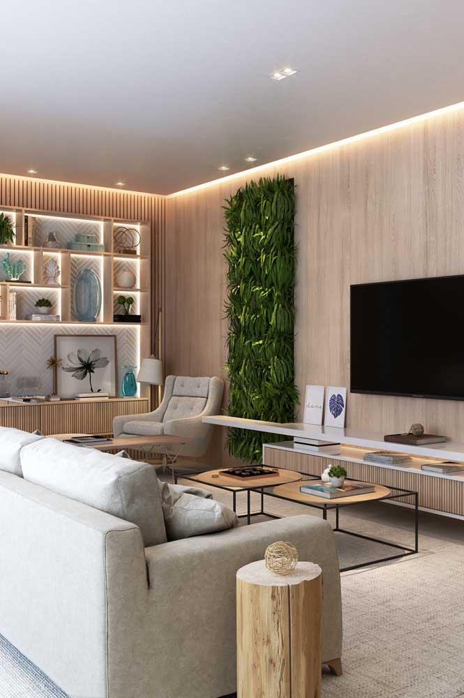 Sala clássica e elegante com uma mesa de canto inusitada. Repare que quem faz a vez do móvel é um tronco de árvore