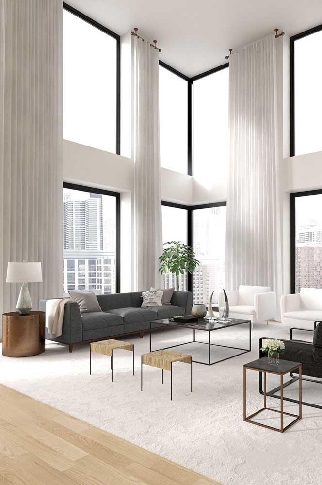 Para a sala de estar grande vale apostar em até dois modelos de mesa de canto. Repare que cada mesa possui um design bem especifico