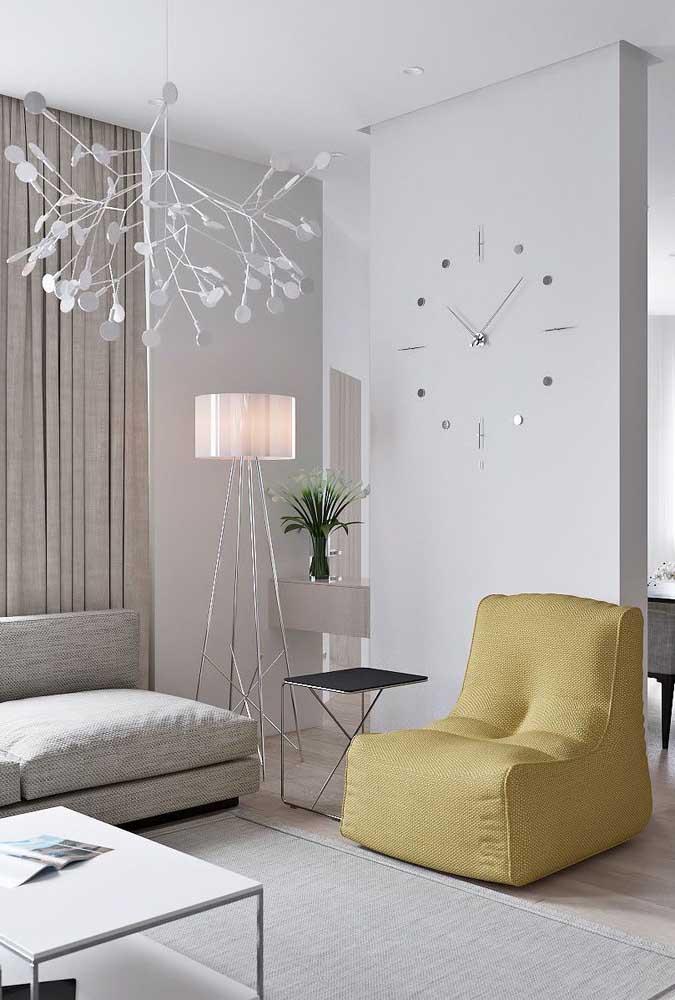 Mesa de canto livre e desimpedida, pronta para ser usada por quem se sentar no sofá