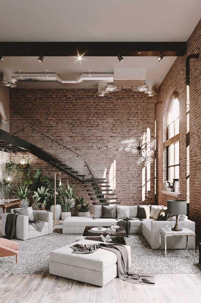 Mesa de canto combinando com o sofá. Aqui, ela serve como apoio para o abajur