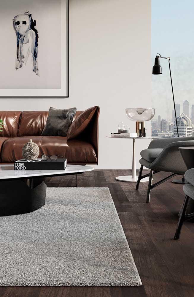 Mesa redonda de canto entre o sofá e as poltronas. Posição mais que estratégica