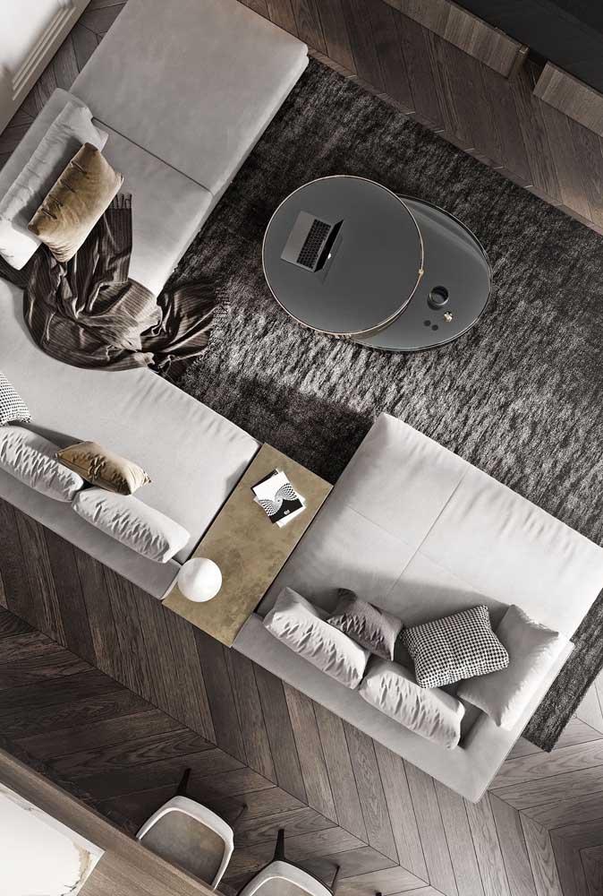 Tem sofá modular? Então anote essa dica: mesa de canto entre os módulos estofados