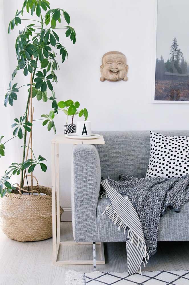 Mesa de canto para pequenas refeições na sala de estar. Essa é super prática!