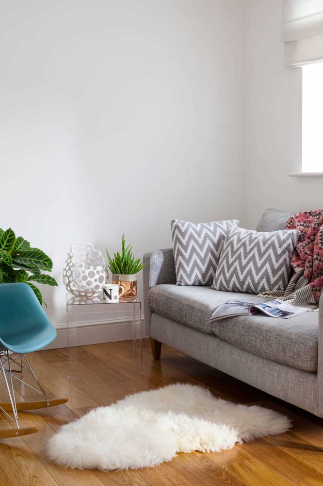 Quase invisível no ambiente, a mesa de canto de acrílico é uma linda maneira de ampliar visualmente o espaço de salas pequenas