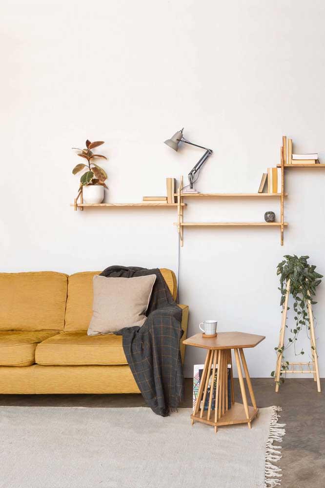 Mesa de canto de madeira com revisteiro. Mais uma função agregada a esse móvel multiuso