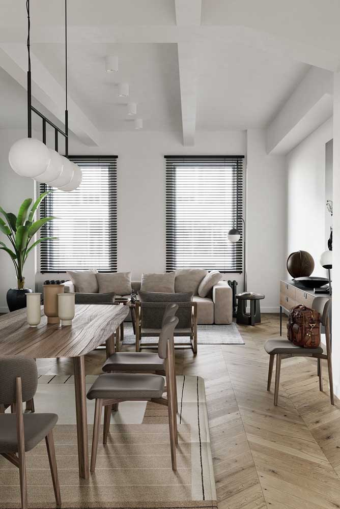 Mesa de canto com um uso bem clássico e tradicional: do lado do sofá