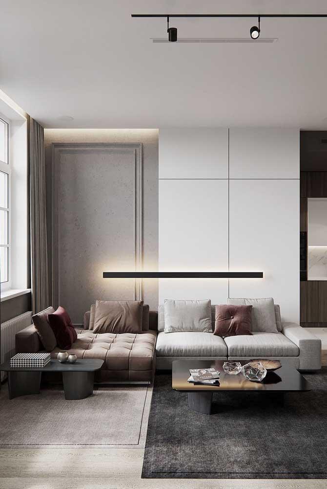 Mesa de canto baixa proporcional a altura do sofá