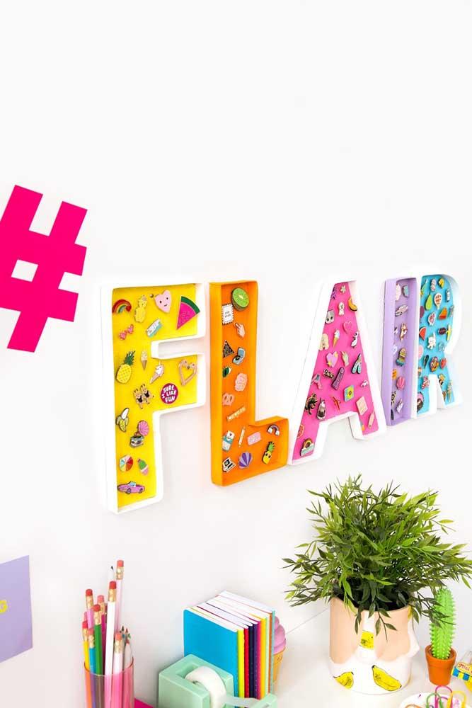 """Letras decorativas e coloridas inspiram o cantinho dos estudos com a palavra """"talento"""""""