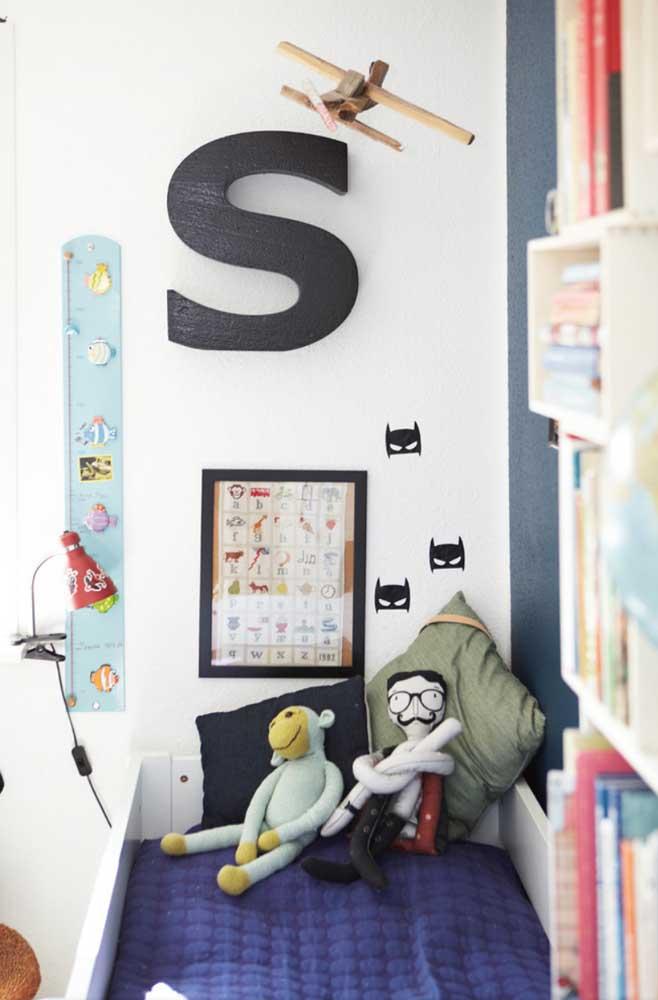 """Letra decorativa """"S"""" feita em MDF para decorar a cabeceira da cama"""