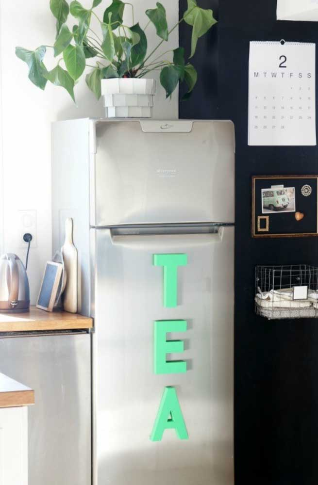 Letras decorativas com imã para colocar na porta da geladeira. A palavra formada é bem sugestiva!