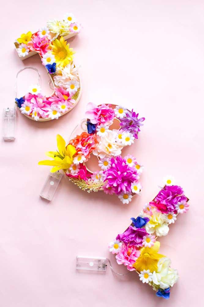 Mas se a intenção é criar algo super romântico e delicado, invista em letras decorativas com flores