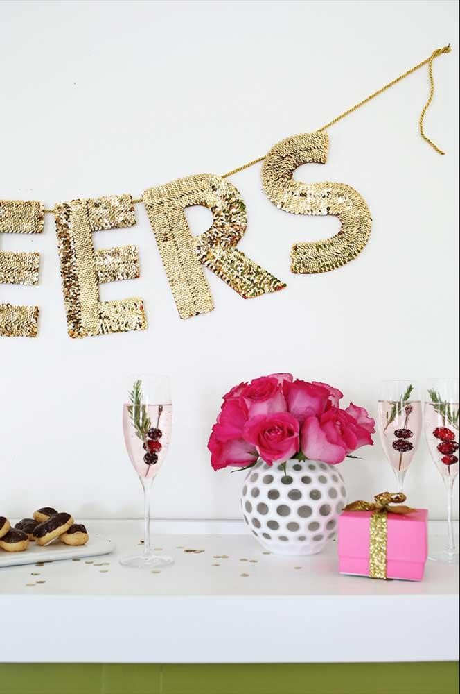 Para essa festa foram usadas letras decorativas douradas presas por um cordão