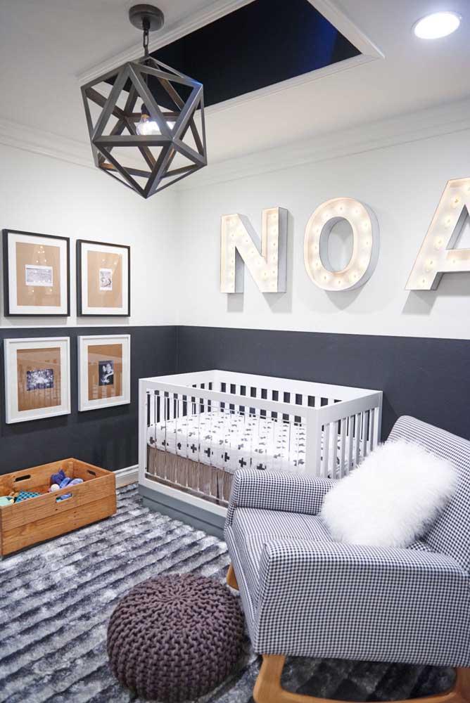 O nome do pequeno morador aparece ocupando toda a parede do quarto