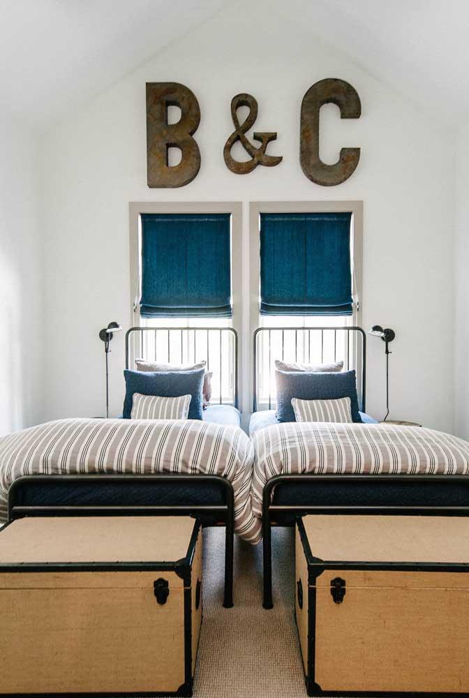 As letras decorativas ajudam a demarcar o espaço de cada criança no quarto