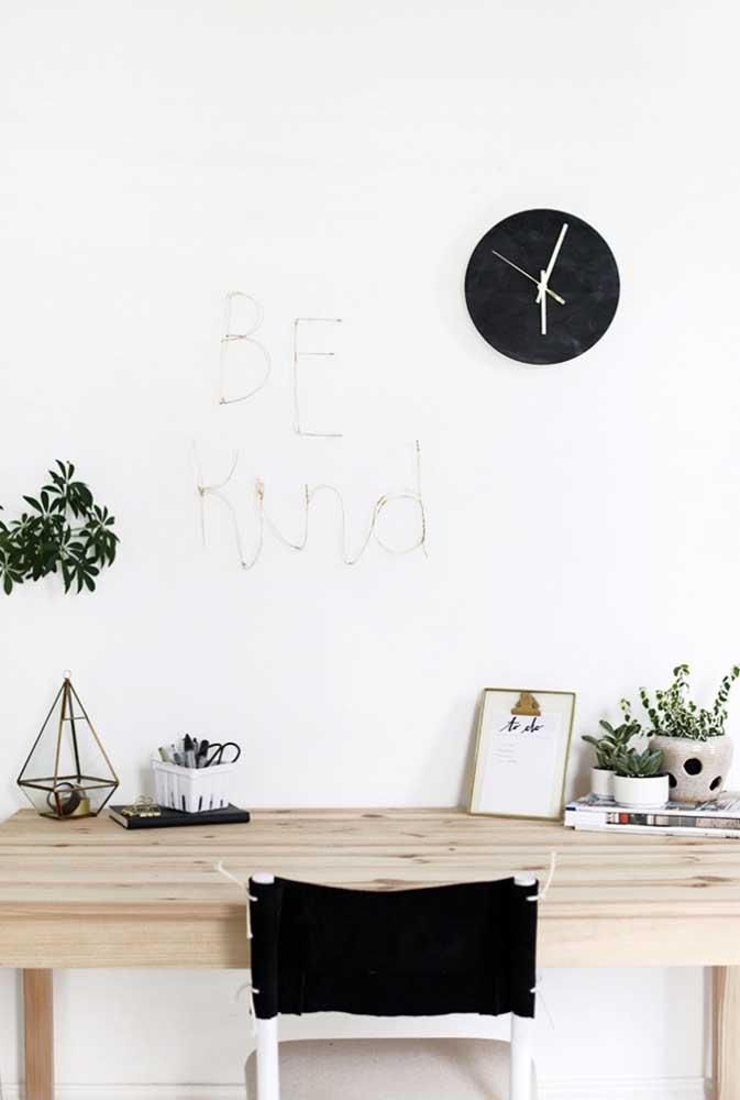 Nesse escritório, as letras decorativas cursivas foram coladas na parede
