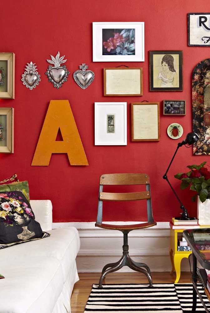 A parede vermelha, cheia de personalidade, adotou um A laranja para fazer parte da decoração