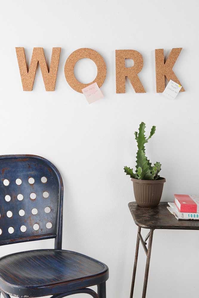 """A palavra """"work"""" feita de cortiça pode ser usada também para pendurar recadinhos e lembretes importantes"""