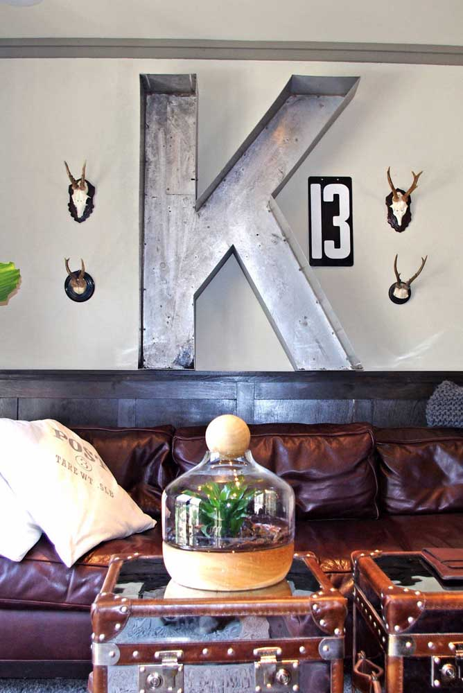 Já para o ambiente despojado, a letra decorativa metálica é uma ótima opção
