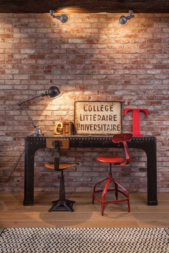 Letras decorativas coloridas sobre a mesinha de trabalho. O quadro com palavras completa a proposta