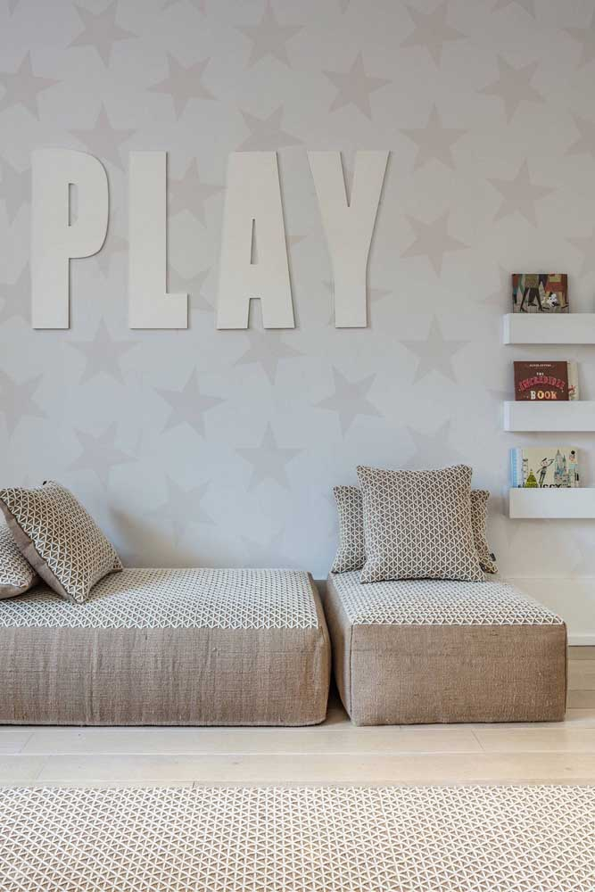 A palavra escrita com as letras decorativas já dá um bom indicativo do que acontece no quarto: jogos e brincadeiras!