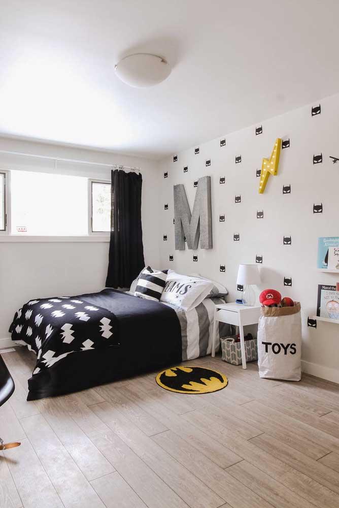 O M na cabeceira da cama revela a inicial do nome do pequeno morador