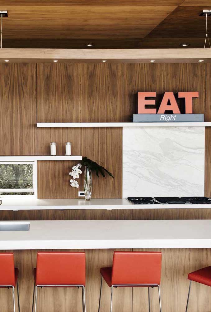 Monte palavras, frases ou use apenas as letras decorativas de modo aleatório sobre os móveis da cozinha