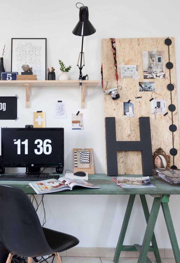 Nesse home office, a letra H foi usada apenas encostada na parede