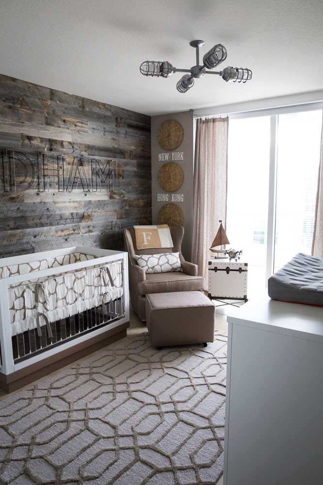 O quarto de bebê todo moderninho apostou em letras decorativas de metal para decorar a parede do berço