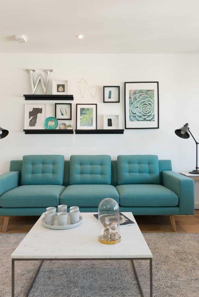 Nessa sala de estar, o destaque vai para o W metálico sobre a prateleira