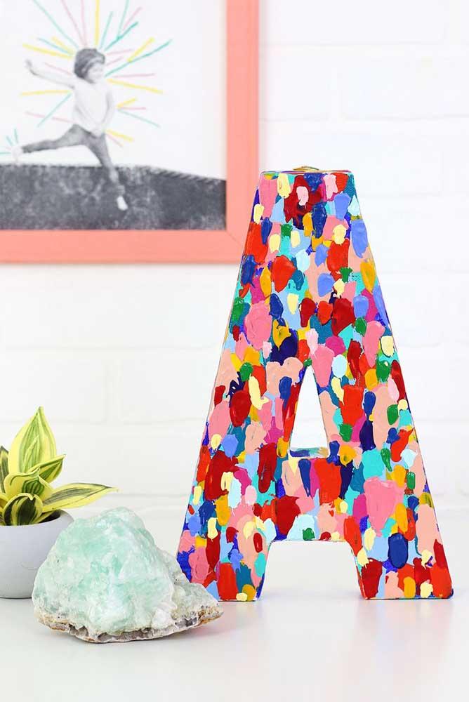 Letra A decorativa toda colorida com tinta. Um toque de personalização no ambiente