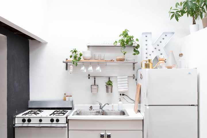 A cozinha branca e clean escolheu uma letra decorativa com luz no mesmo estilo