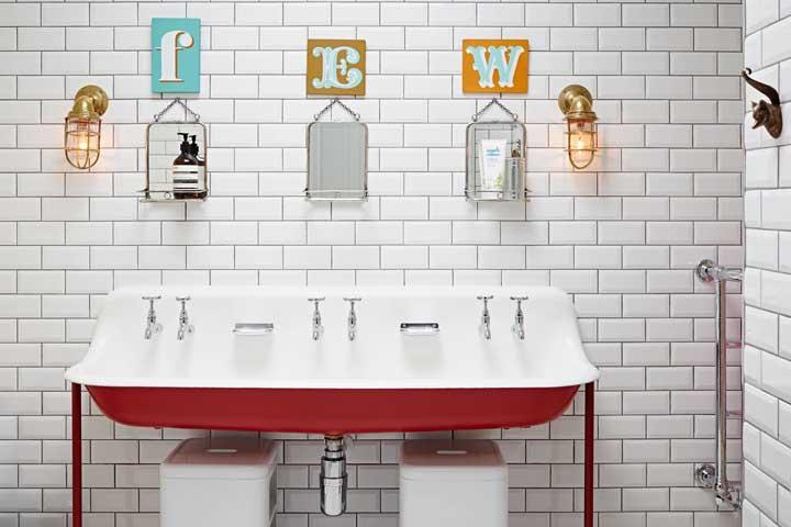 E para o banheiro retrô, letras decorativas sobre cada espelho. Um charme só!