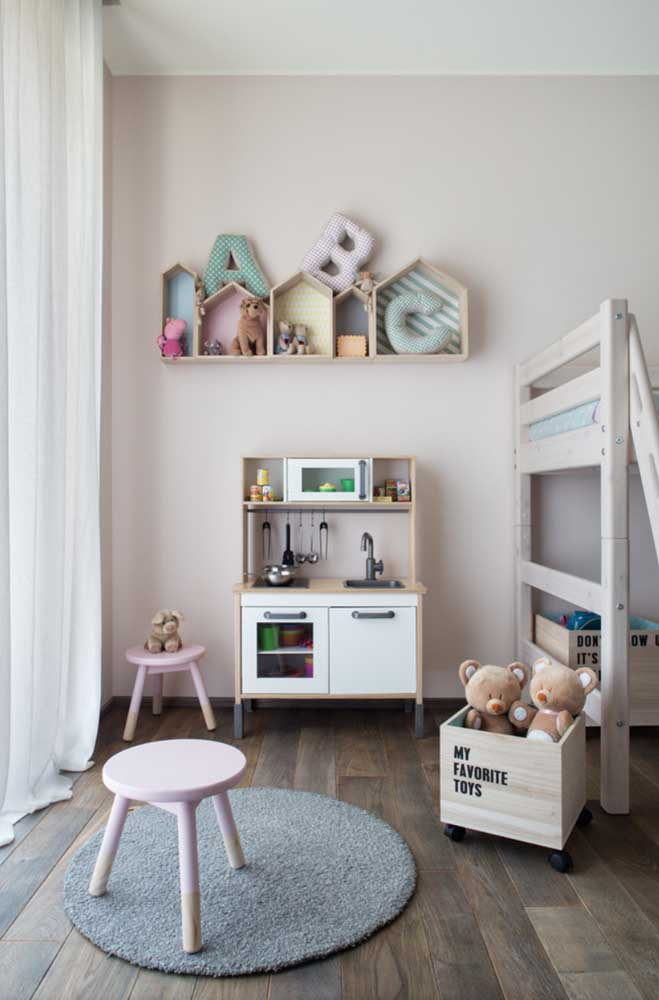 Letras decorativas para o quarto de bebê. O tecido com enchimento deixa a proposta super fofa