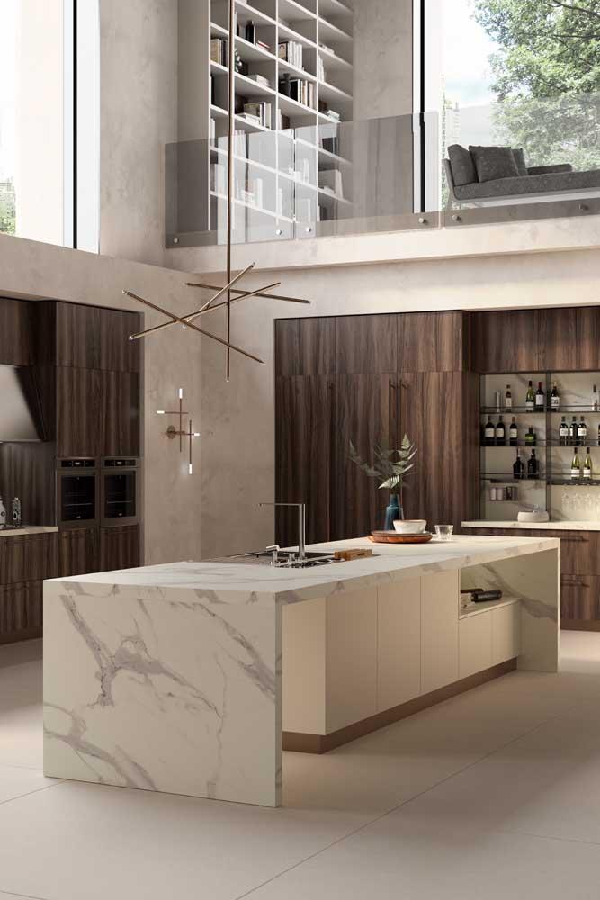 Nessa cozinha, o porcelanato branco reforçou a sensação de amplitude e luminosidade